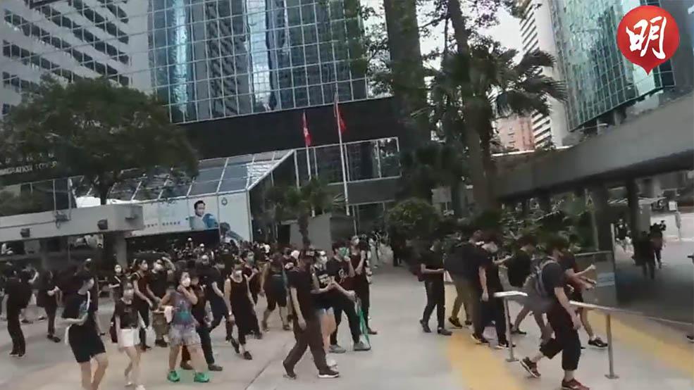 示威者聚集稅務大樓警察總部外(黃煒堯、譚智成拍攝;何芍盈剪接)