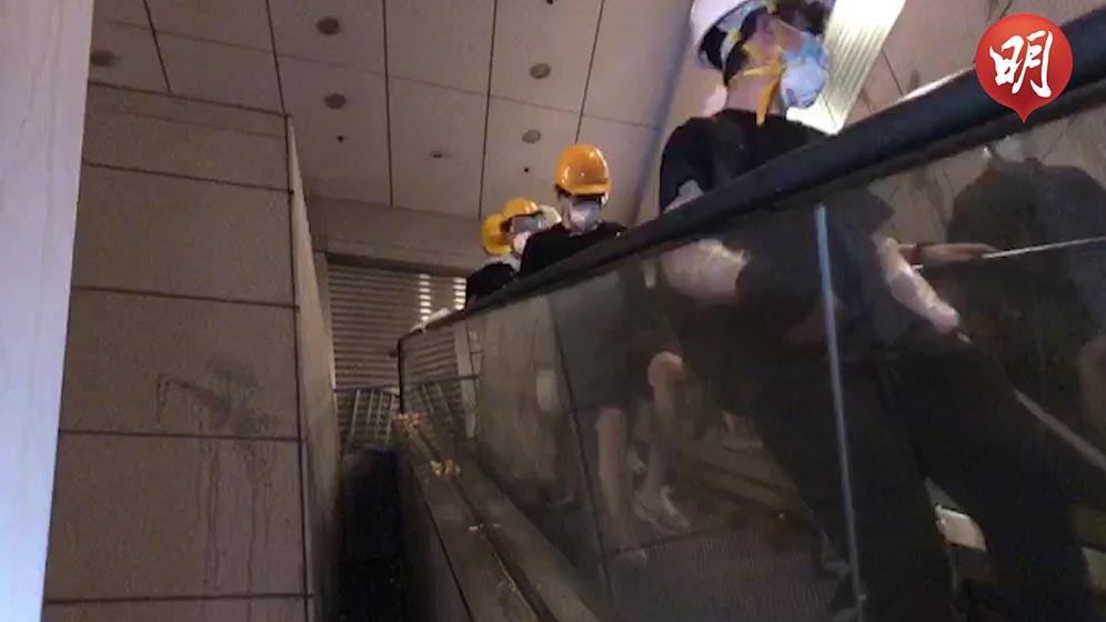 示威者一度衝上警總扶手梯 自動退回地面(何郁慧拍攝、黃廷希剪接)