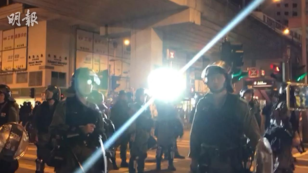 【旺角再遊行】警員以強光照射記者鏡頭(攝影:何進康、剪接:譚智成)