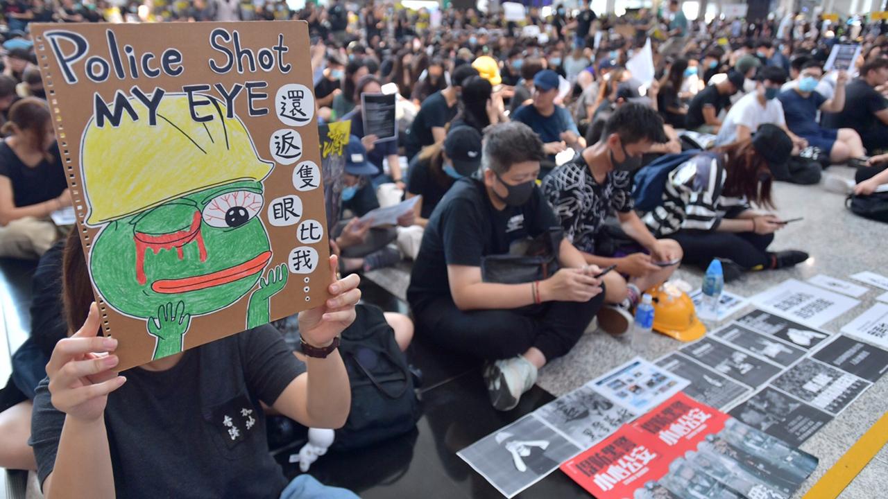 【8.12機場集會】示威者高呼「黑警可恥、還眼」(拍攝:畢嘉敏、剪接:鮑錦瑤)