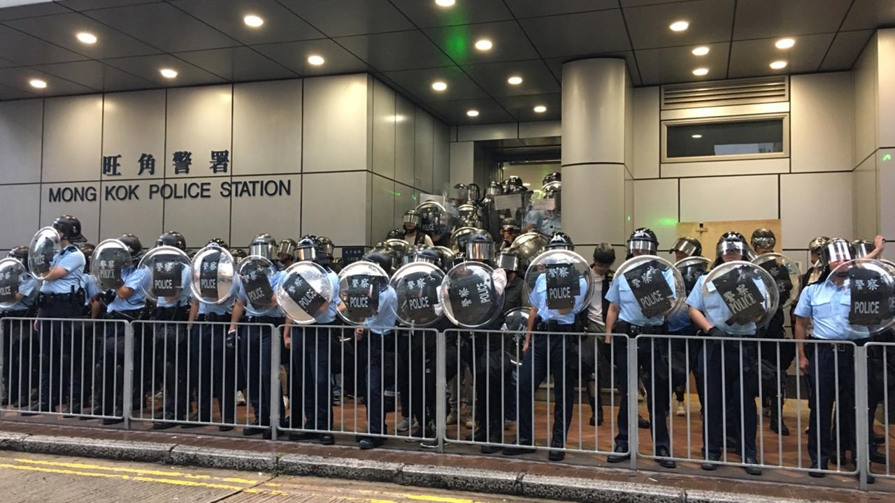 【光復紅土】示威者轉入彌敦道往旺角 旺角警署對面與警對峙(拍攝:何郁慧、剪接:鮑錦瑤)