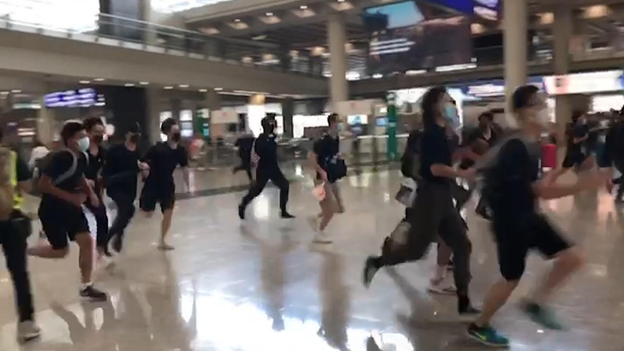 示威者闖接機大堂 警追入廁所(拍攝:艾博瑜、剪接:鮑錦瑤)