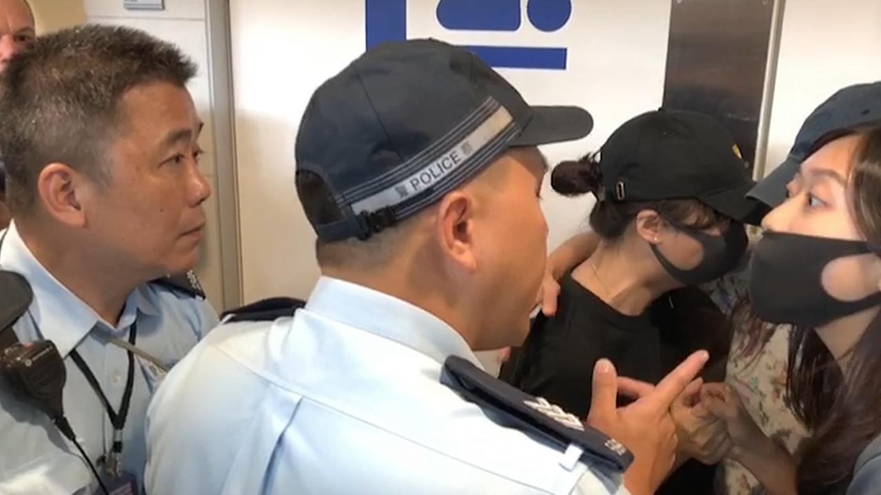 警廁所外盤問3女子 一人痛哭(拍攝:艾博瑜、剪接:鮑錦瑤)