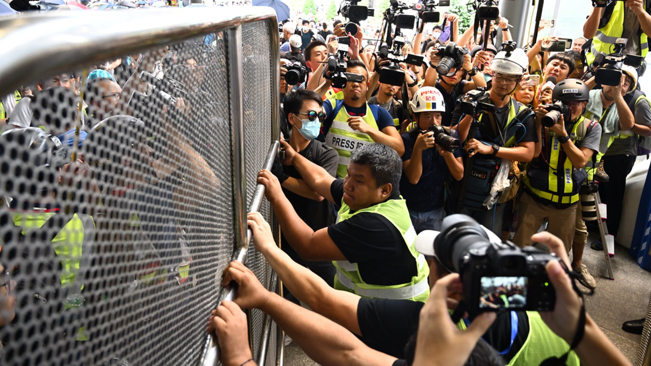 示威者圖阻機場職員關往一號客運大樓鐵閘(拍攝:艾博瑜、剪接:鮑錦瑤)