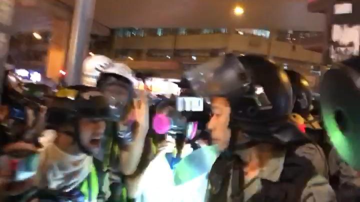 【十一.油尖旺】荔枝角道警員與記者發生推撞(攝影:何進康、剪接:何芍盈)