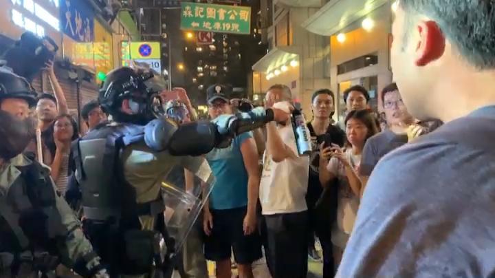 【十一.港島】英皇道市民與警員發生爭執(攝影:黃心悅、剪接:何芍盈)
