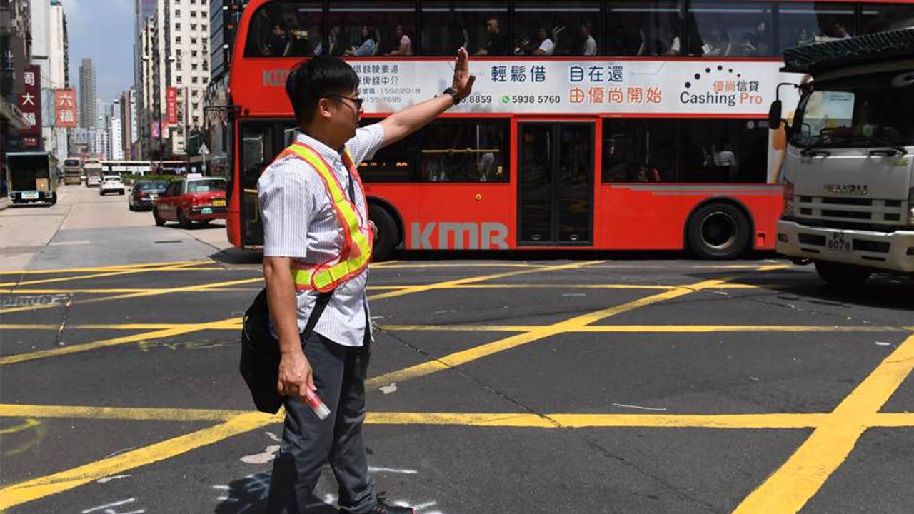 旺角彌敦道與亞皆老街交界交通燈損毁 有人協助指揮交通(拍攝:劉焌陶、剪接:鮑錦瑤)