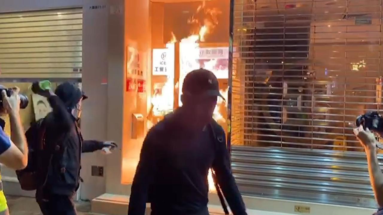示威者沙田破壞優品360 縱火焚燒中國工商銀行(攝影︰鍾妍、剪接︰邱煦明)