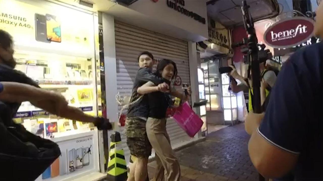 示威者旺角與女子口角 女子被潑液體(攝影︰許芳文、剪接︰邱煦明)