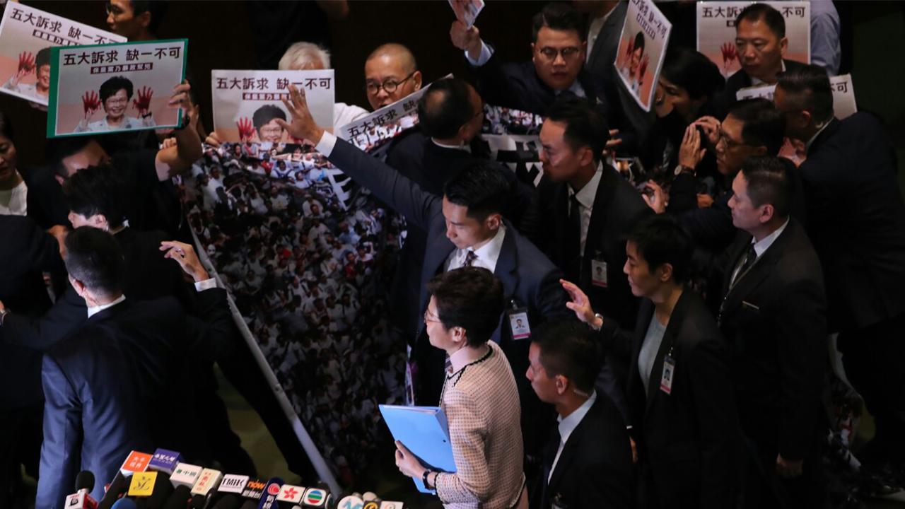 特首林鄭月娥入會議廳 民主派議員叫口號「林鄭下台」(拍攝:邱榕瀅、剪接:鮑錦瑤)