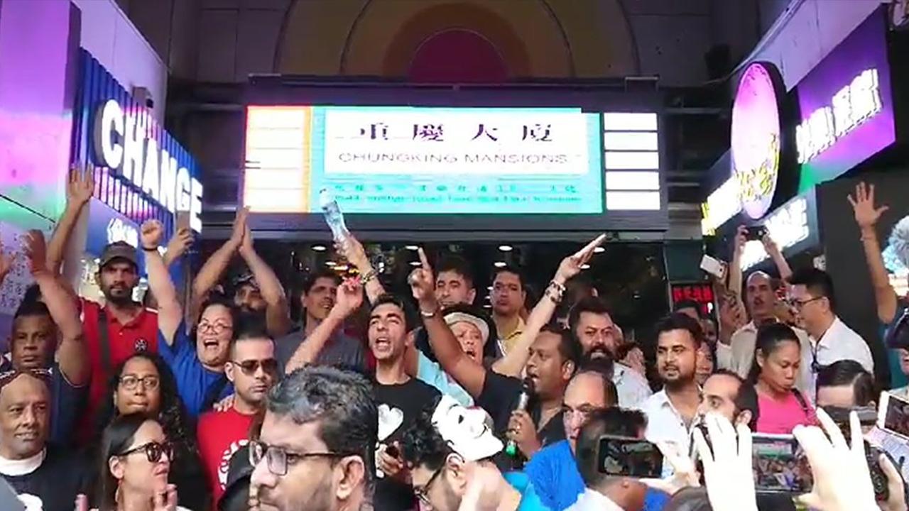 【九龍遊行】示威者油麻地站縱火 重慶大廈外籍人士高呼「我係香港人」