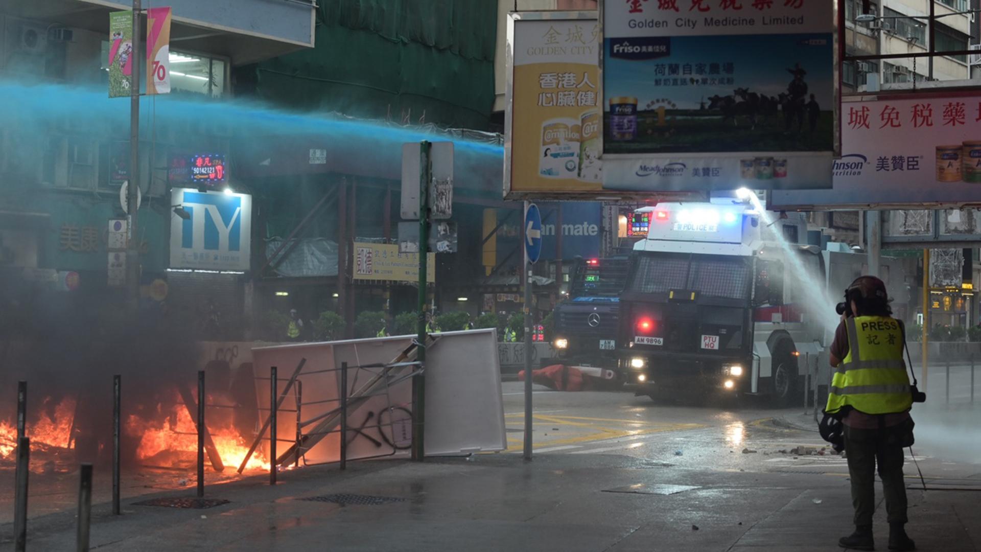 【九龍遊行】旺角防暴警撤走 彌敦道大批市民再聚集
