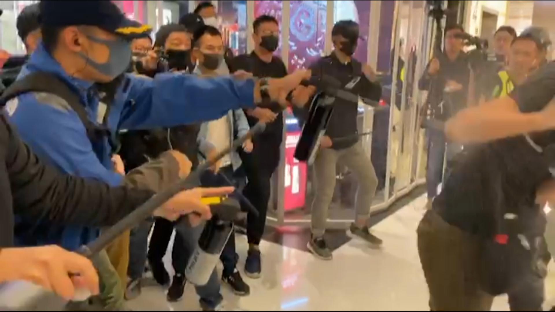 防暴沙田新城市廣場制服多人 警向聲援市民噴椒(拍攝:鍾妍、剪接:黃詠賢)
