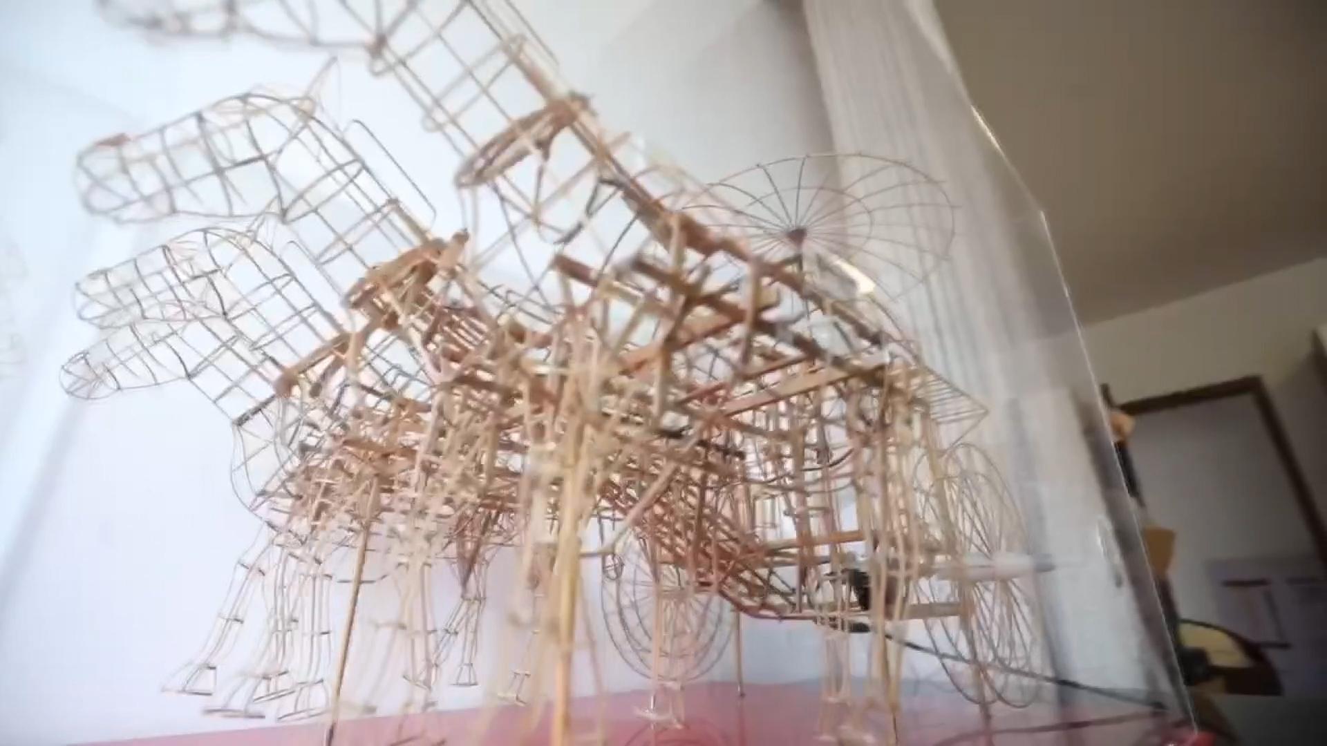 西安老人逾900條竹條做兵馬俑戰車動態模型 耗時4個月【短片】